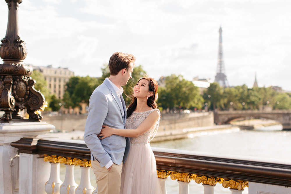 séance couple avant mariage engagement session paris versailles ile de France parisian wedding tour eiffel